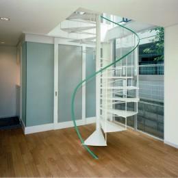 リビング~らせん階段 (ポップなカラーが映える鉄骨構造の狭小住宅(Kid`s House))