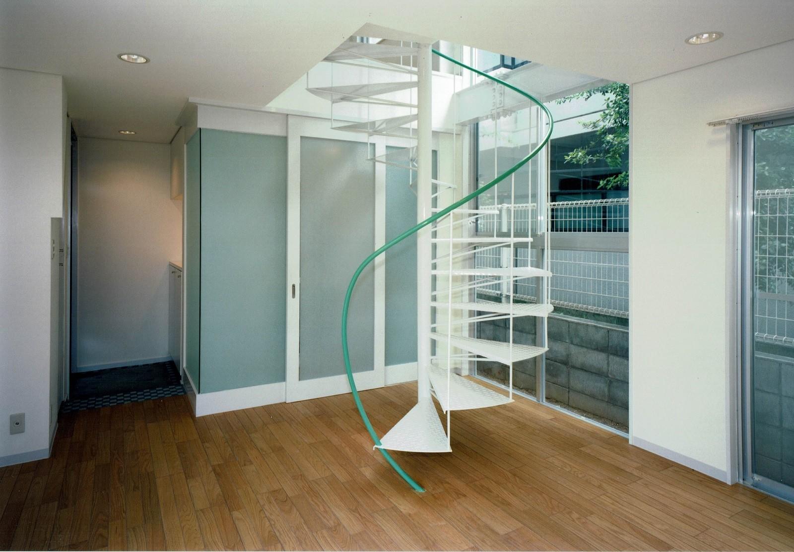 リビングダイニング事例:リビング~らせん階段(ポップなカラーが映える鉄骨構造の狭小住宅(Kid`s House))