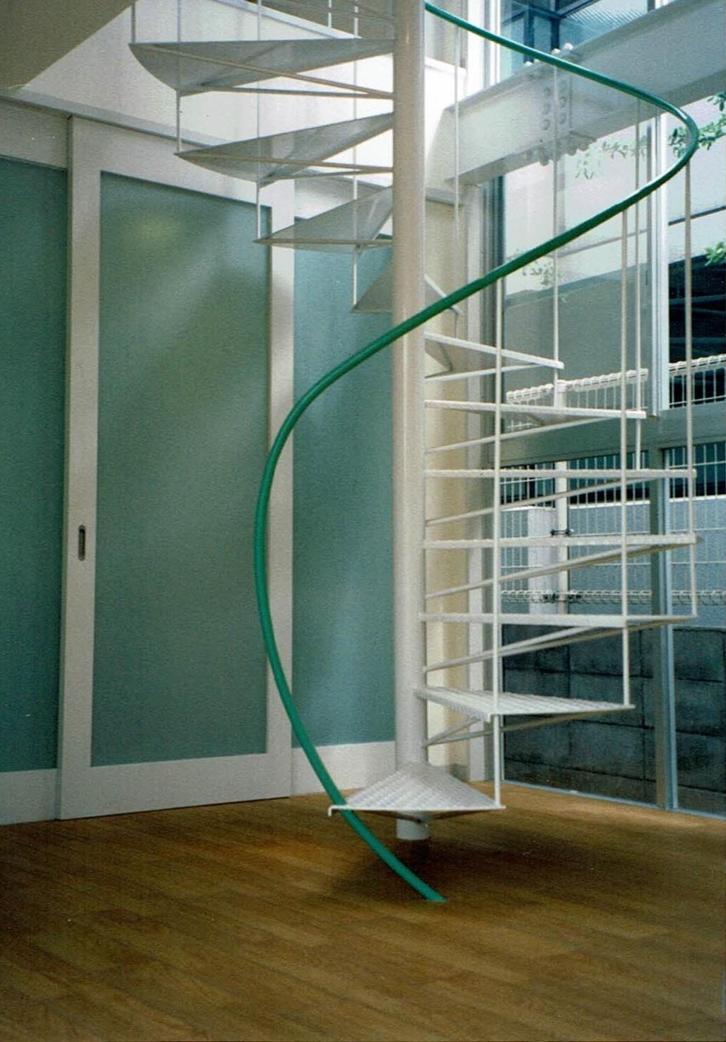 リビングダイニング事例:1階 らせん階段(ポップなカラーの子供が楽しむ鉄骨構造の狭小住宅(Kid`s House):天井が高い住まい)