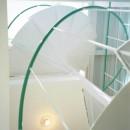 ポップなカラーの子供が楽しむ鉄骨構造の狭小住宅(Kid`s House):天井が高い住まいの写真 空間の広がりを工夫した、らせん階段を見上げる