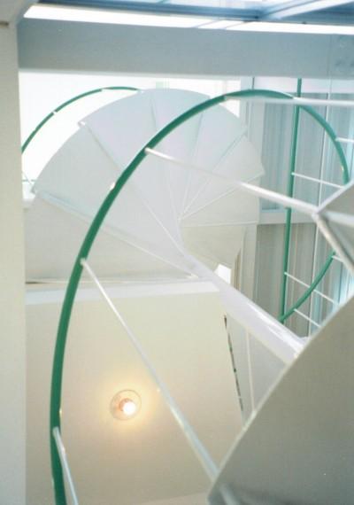 空間の広がりを工夫した、らせん階段を見上げる (ポップなカラーが映える鉄骨構造の狭小住宅(Kid`s House))
