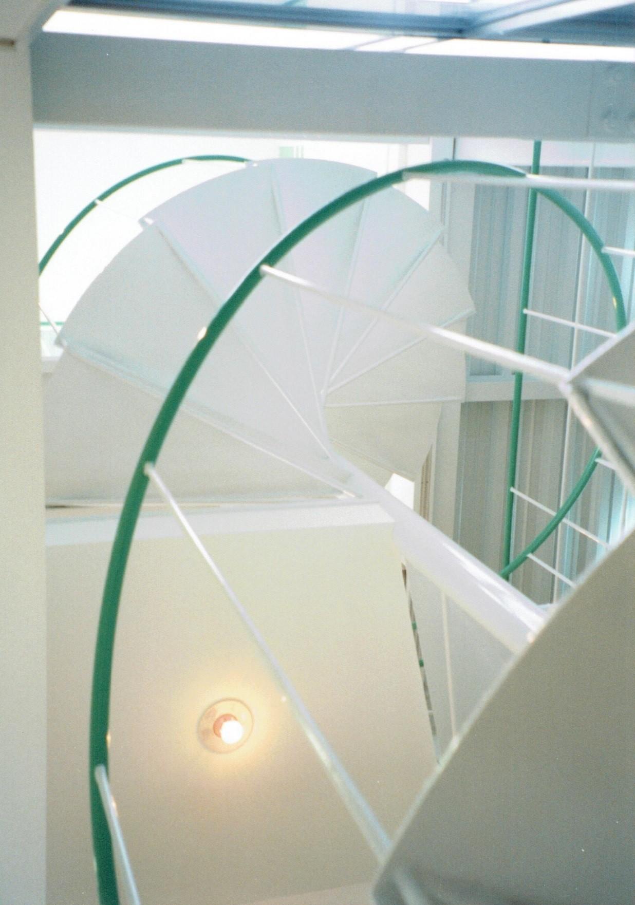 その他事例:空間の広がりを工夫した、らせん階段を見上げる(ポップなカラーの子供が楽しむ鉄骨構造の狭小住宅(Kid`s House):天井が高い住まい)