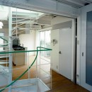 ポップなカラーの子供が楽しむ鉄骨構造の狭小住宅(Kid`s House):天井が高い住まいの写真 寝室よりダイニングキッチンを観る