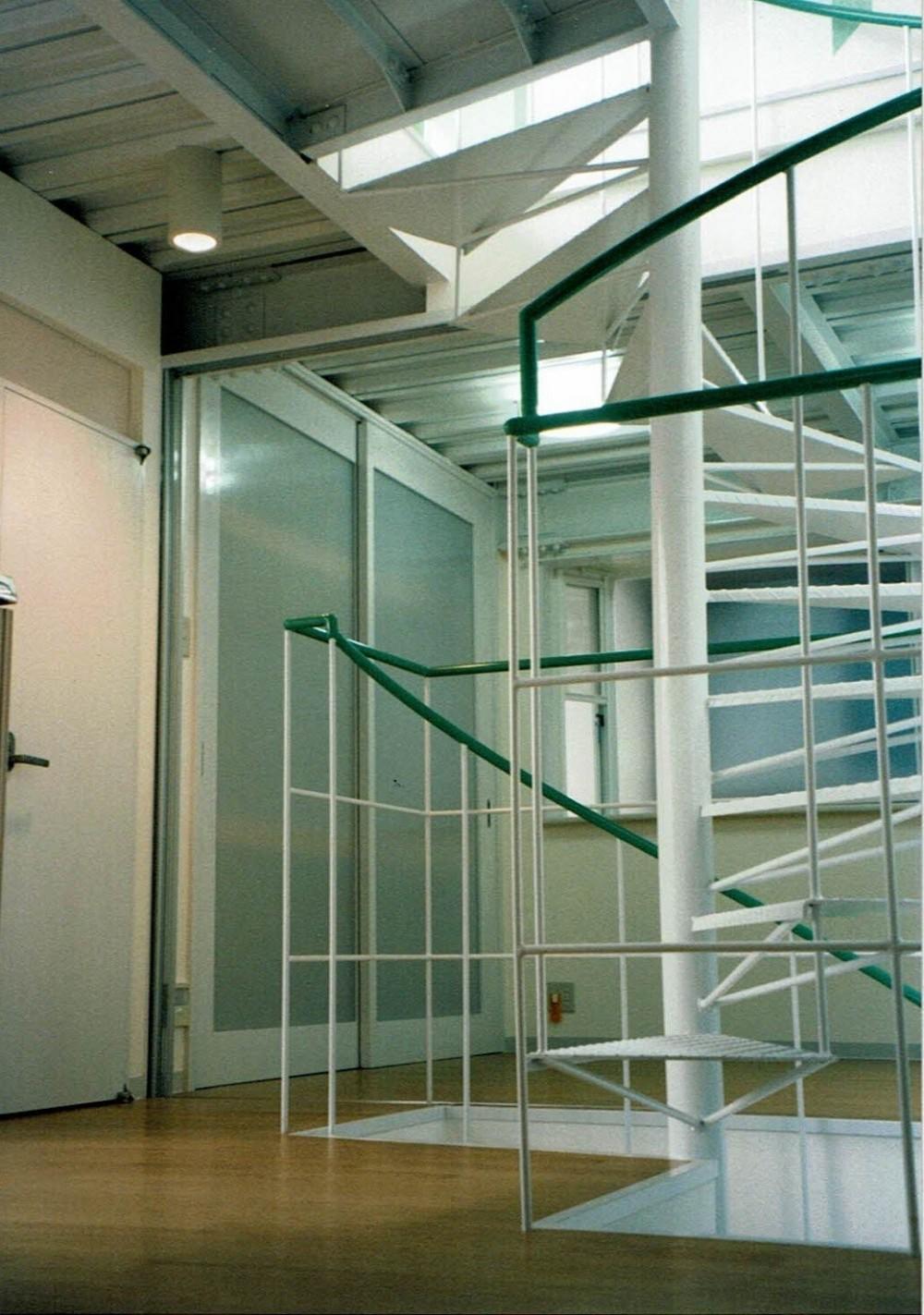 ポップなカラーの子供が楽しむ鉄骨構造の狭小住宅(Kid`s House):天井が高い住まい (らせん階段から寝室を観る)