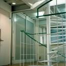 ポップなカラーの子供が楽しむ鉄骨構造の狭小住宅(Kid`s House):天井が高い住まいの写真 らせん階段から寝室を観る