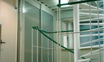 ポップなカラーが映える鉄骨構造の狭小住宅(Kid`s House) (らせん階段から寝室を観る)