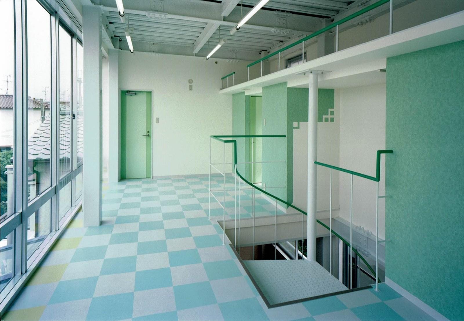 子供部屋事例:天井が高いプレイルーム(ポップなカラーが映える鉄骨構造の狭小住宅(Kid`s House))