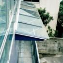 ポップなカラーが映える鉄骨構造の狭小住宅(Kid`s House)の写真 バリコニーを上から見る