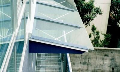 ポップなカラーが映える鉄骨構造の狭小住宅(Kid`s House) (バリコニーを上から見る)