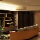 家族の変化に対応した『高床和室』を設けたマンション リフォームの写真 洋式リビング~造作棚