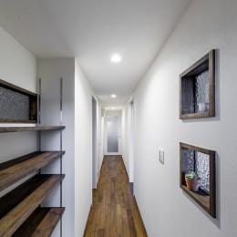 インナーバルコニーのある開放的な家 (室内窓のある明るい廊下)