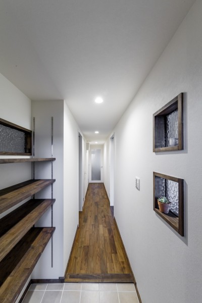 室内窓のある明るい廊下 (インナーバルコニーのある開放的な家)