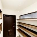 インナーバルコニーのある開放的な家の写真 大容量のシューズクローゼットがある玄関
