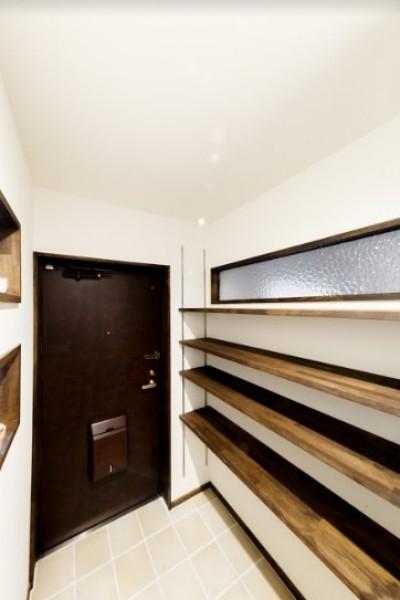 大容量のシューズクローゼットがある玄関 (インナーバルコニーのある開放的な家)