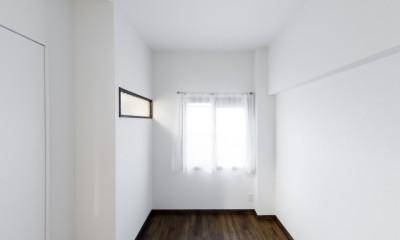 インナーバルコニーのある開放的な家 (シンプルな寝室)