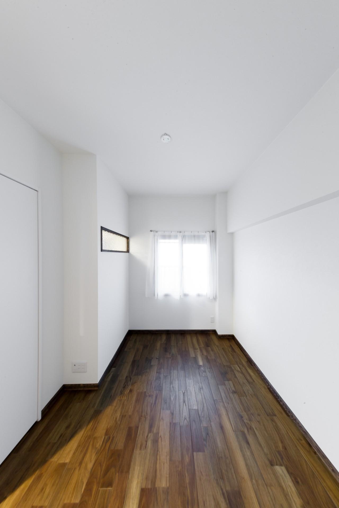 ベッドルーム事例:シンプルな寝室(インナーバルコニーのある開放的な家)
