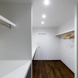 インナーバルコニーのある開放的な家 (リビングと寝室をつなぐ大きなウォークスルークローゼット)