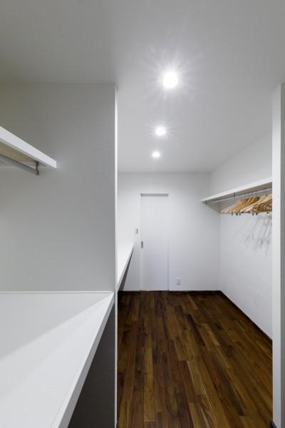 リビングと寝室をつなぐ大きなウォークスルークローゼット (インナーバルコニーのある開放的な家)