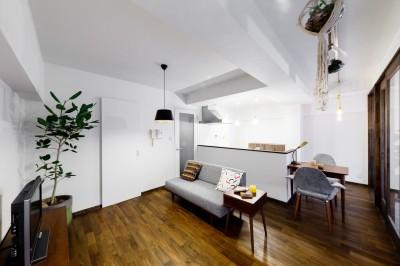 インナーバルコニーのある開放的な家 (家事導線を重視したリビングダイニングキッチン)