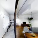 インナーバルコニーのある開放的な家の写真 インナーバルコニーとリビング