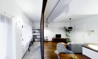 インナーバルコニーのある開放的な家 (インナーバルコニーとリビング)