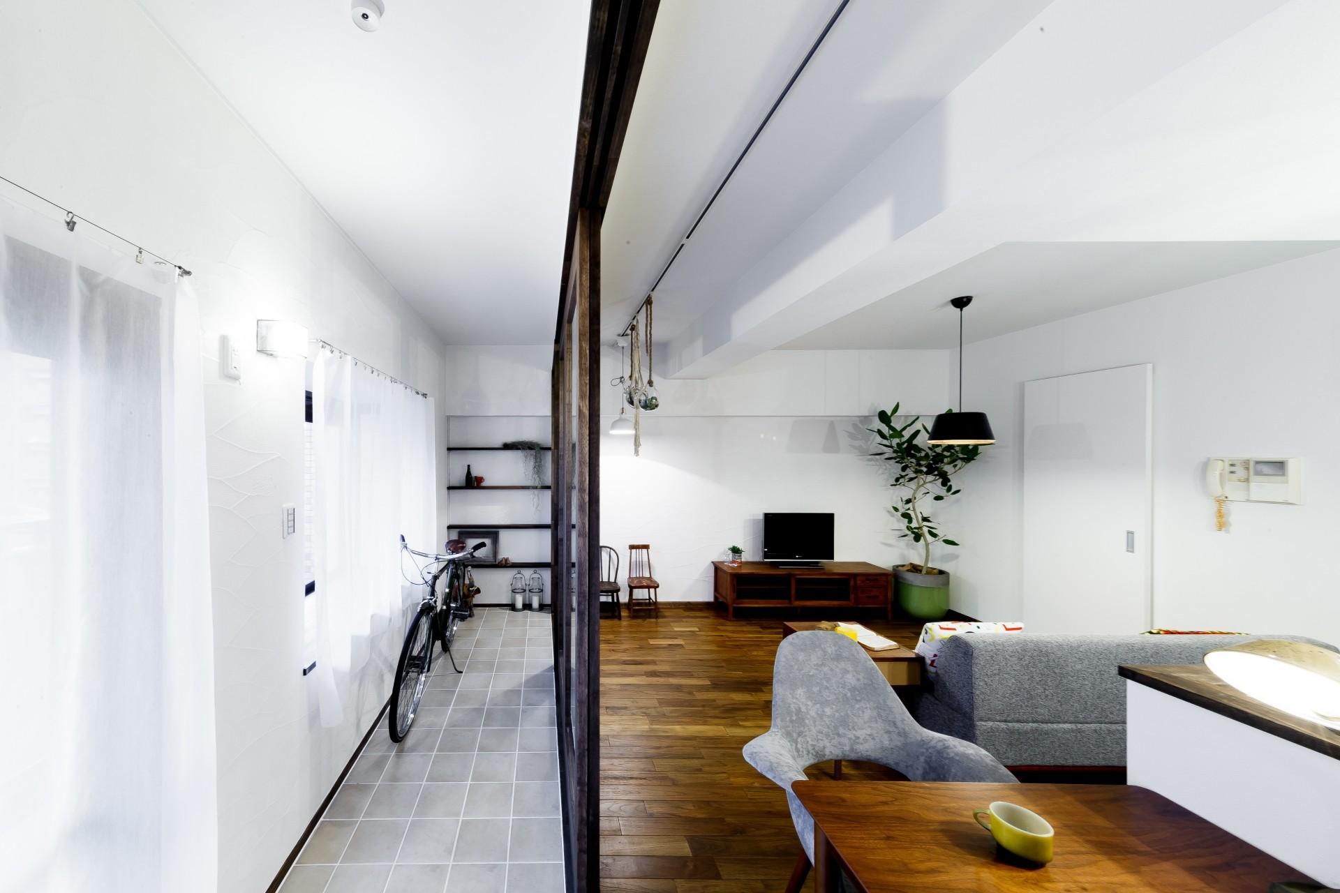 リビングダイニング事例:インナーバルコニーとリビング(インナーバルコニーのある開放的な家)