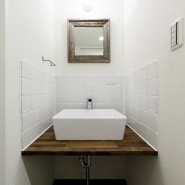 インナーバルコニーのある開放的な家 (白タイルが優しい印象の洗面台)