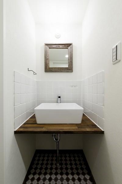 白タイルが優しい印象の洗面台 (インナーバルコニーのある開放的な家)
