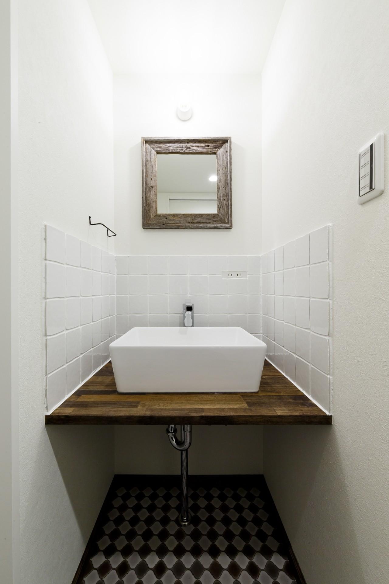 バス/トイレ事例:白タイルが優しい印象の洗面台(インナーバルコニーのある開放的な家)
