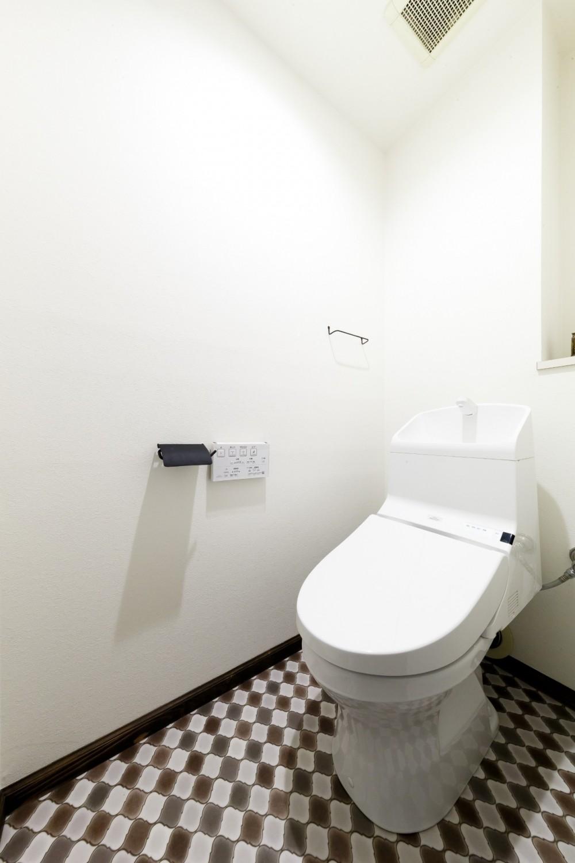 インナーバルコニーのある開放的な家 (個性的なタイルのトイレ)