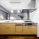 インナーバルコニーのある開放的な家の写真 機能的なペニンシュラキッチン