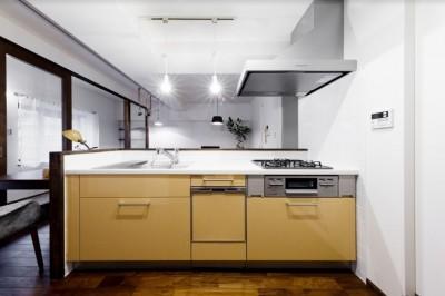 インナーバルコニーのある開放的な家 (機能的なペニンシュラキッチン)