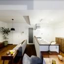 インナーバルコニーのある開放的な家の写真 インナーバルコニーからリビングダイニングキッチンを眺める