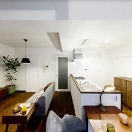 インナーバルコニーのある開放的な家 (インナーバルコニーからリビングダイニングキッチンを眺める)