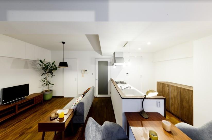 リビングダイニング事例:インナーバルコニーからリビングダイニングキッチンを眺める(インナーバルコニーのある開放的な家)