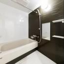 インナーバルコニーのある開放的な家の写真 シンプルなバスルーム