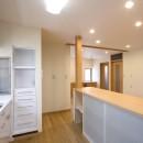 ペット(愛犬)と暮らす広いリビングが中心の自然素材住宅の写真 キッチン~カウンター(収納)