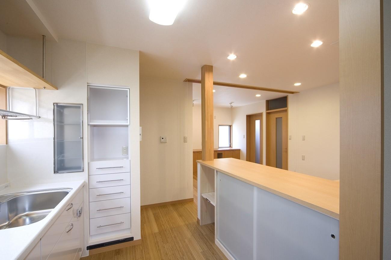 キッチン事例:キッチン~カウンター(収納)(ペット(愛犬)と暮らす広いリビングが中心の自然素材住宅)