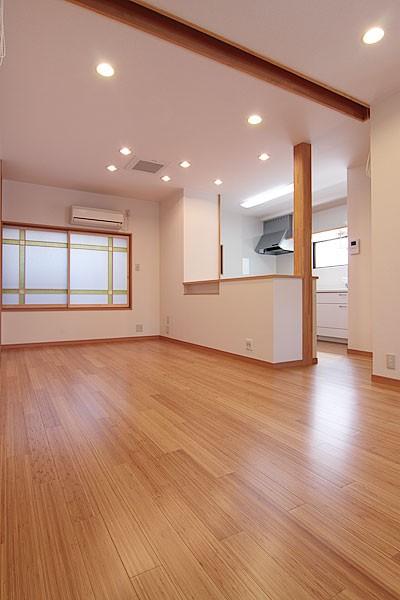 ペット(愛犬)と暮らす広いリビングが中心の自然素材住宅 (ダイニングキッチン)