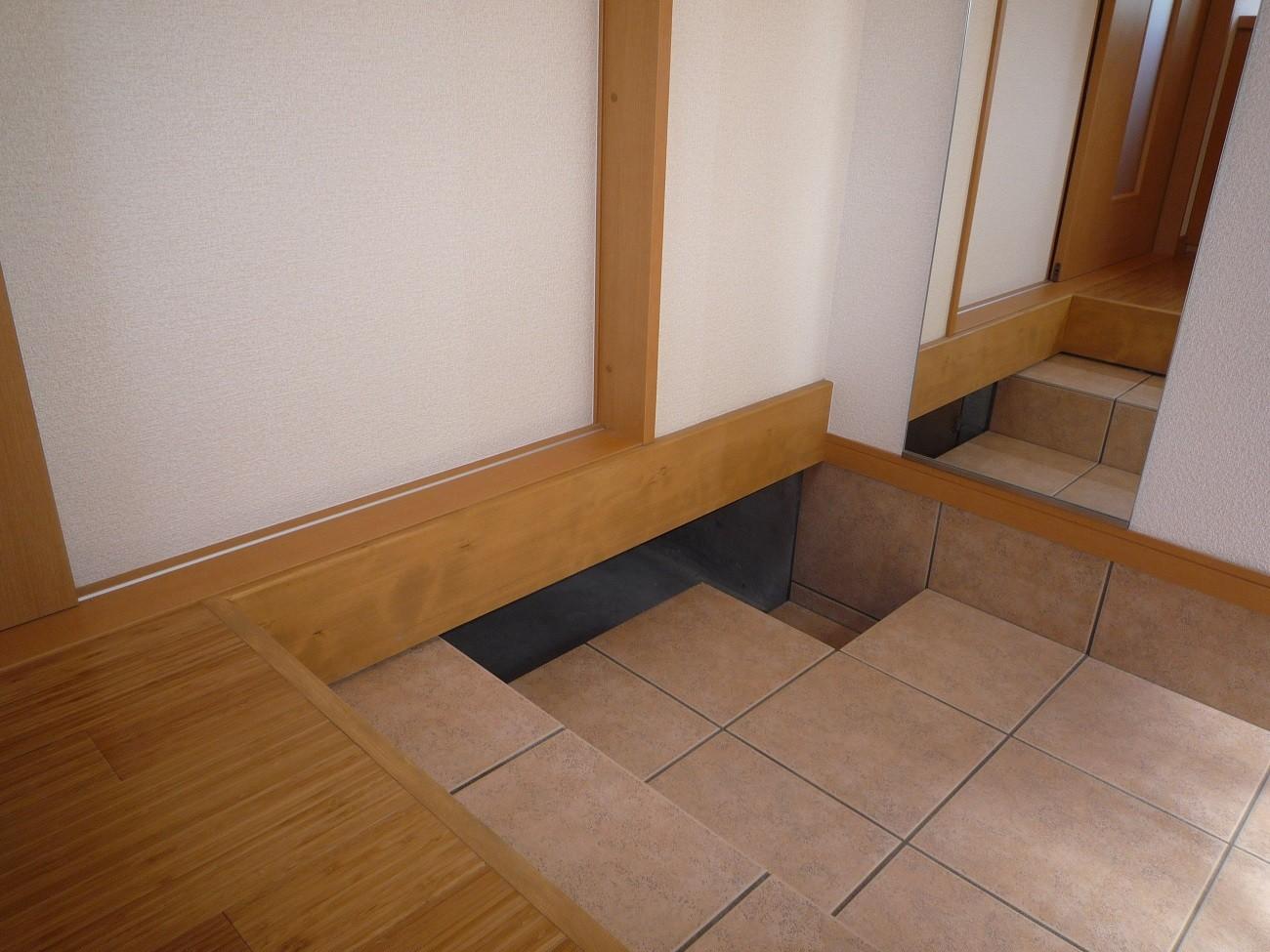 玄関事例:玄関の床下は、愛犬:ペットの ≪寝床≫(ペット(愛犬)と暮らす広いリビングが中心の自然素材住宅)