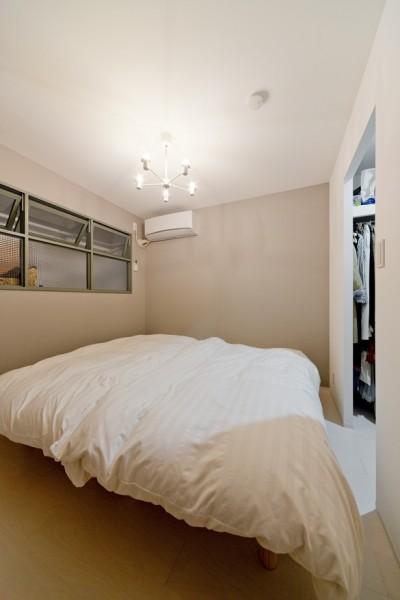 寝室 (表情の違う木目を楽しんで)