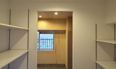 充実した収納でいつでもキレイな家に。アンティークな雰囲気漂うマンションリノベーション (土間からつながるパントリー)