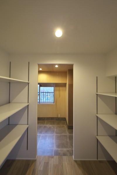 土間からつながるパントリー (充実した収納でいつでもキレイな家に。アンティークな雰囲気漂うマンションリノベーション)