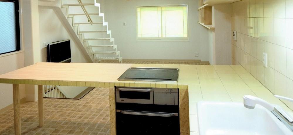 店舗(自然派日用品)付き住宅のリフォーム (ダイニングキッチン(L字型カウンターは、木製+タイル張り))