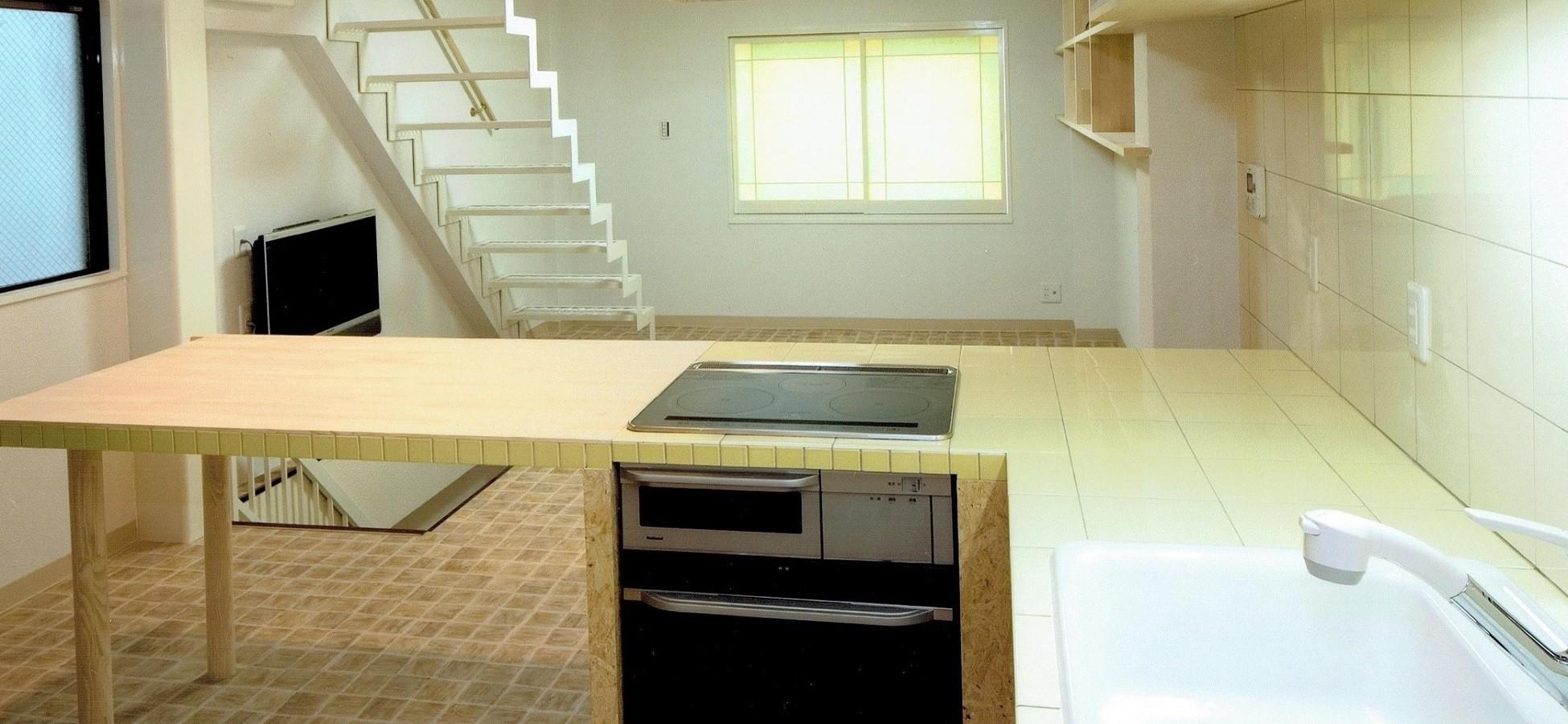 リビングダイニング事例:ダイニングキッチン(L字型カウンターは、木製+タイル張り)(店舗(自然派日用品)付き住宅のリフォーム)