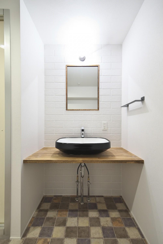充実した収納でいつでもキレイな家に。アンティークな雰囲気漂うマンションリノベーション (ヴィンテージ感のある洗面室)