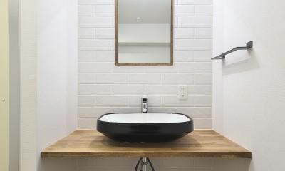 ヴィンテージ感のある洗面室|充実した収納でいつでもキレイな家に。アンティークな雰囲気漂うマンションリノベーション