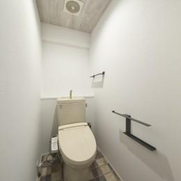 充実した収納でいつでもキレイな家に。アンティークな雰囲気漂うマンションリノベーション (あたたかみのあるインテリアで調えたトイレ)