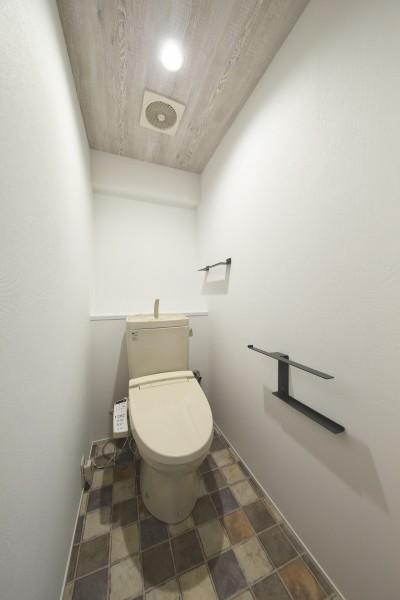 あたたかみのあるインテリアで調えたトイレ (充実した収納でいつでもキレイな家に。アンティークな雰囲気漂うマンションリノベーション)