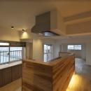 充実した収納でいつでもキレイな家に。アンティークな雰囲気漂うマンションリノベーションの写真 家の中心にあるキッチン